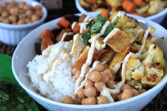 indian curry chicken bowls with curry yogurt sauce