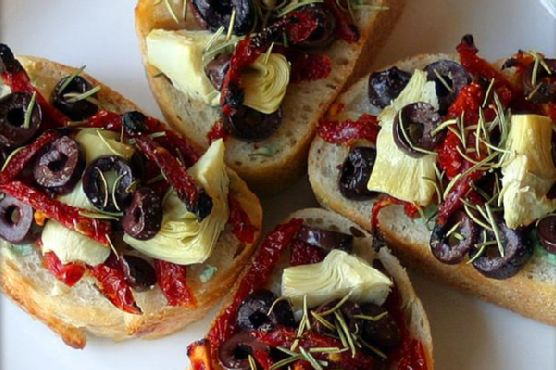 Artichoke, Kalamata, & Sun-Dried Tomato Mini-Pizzas With Garlic and Rosemary